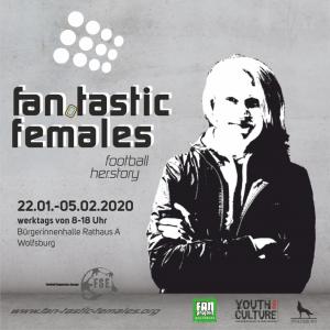 Flyer der Fan.Tastic Females in Wolfsburg - schwar-weiss auf Beton-Hintergrund - Fan.Tastic Females Logo links oben, Ausstellungsdaten darunter, rechts daneben ein weiblicher Fan aus Wolfsburg